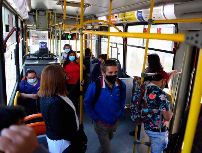 personas en transporte público
