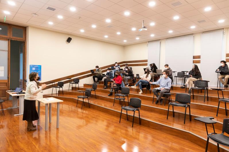 personas en una sala de clases